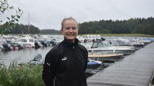 Rina Pipping framfär båtarna i hamnen