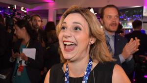 Paula Bieler jublar på Sverigedemokraternas valvaka.