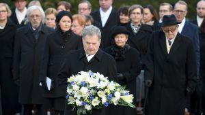 Minnesmärket över president Mauno Koivisto avtäcktes 25.11.2018. President Sauli Niinistö lägger ner blommor.