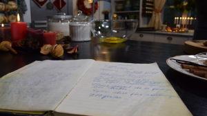 Reseptikirja Strömsö-keittiön työpöydällä.
