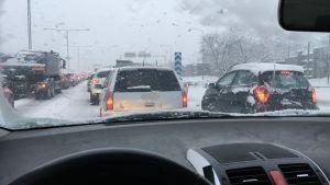 Bilar i vintrigt väder.