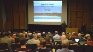 Fullsatt publik under vargmöte i Villa Landes föreläsningssal.