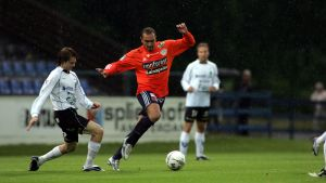 Hocine Chebaiki (Allianssi) och Mikko Manninen kämpar om bollen.