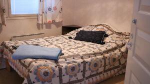 En säng står i ett sovrum.