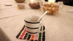 En kaffekopp på bordet.