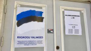 Affischer på dörren till en vallokal i Tallinn inför Estlands parlamentsval.