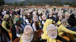 Det hindunationalistiska BJP:s anhängare bar Narendra Modis ansiktsmasker på sig under ett valmöte i delstaten Arunachal Pradesh nyligen