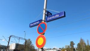 Skyltar där det står Kauniainen och Grankulla.