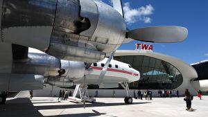 Gamla flygplan utanför TWA-terminalen i New York.
