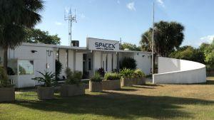 Spacex kontor bland palmerna på Cape Canaveral.