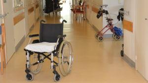 En rullstol i korridoren i en bäddavdelning.