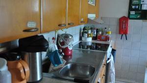 diskbord med kaffekokare och burkar