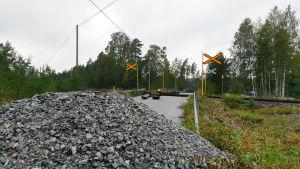 En grushög framför plankorsningen var Skogbyolyckan inträffade.