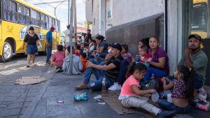 Migranter nära gränsövergången Paso del Norte i Ciudad Juarez, Mexiko 12.9.2019