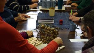 Bingospel på gång på dagverksamheten i Ekenäs.