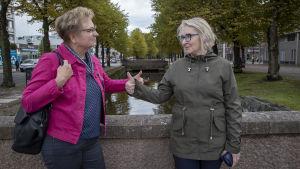 Rauman lastensuojelun päällikkö Johanna Ylikoski ja konsultoiva sosiaalityöntekijä Tiina Ojansuu näyttävät peukut toisilleen. Rauman kanaali näkyy takana.