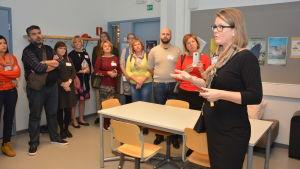 Rektor Monica Lemberg i Källhagens skola pratar med utländska lärare.