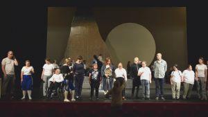 """Ensemblen i """"I det stora landskapet"""" på Svenska Teaterns scen."""