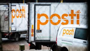 Postin kuorma-autoja ja pakettiautoja Postintaipaleella Helsingin Ilmalassa.