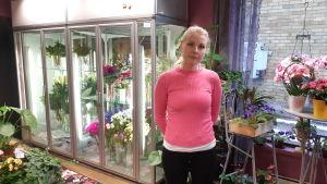 Blomsterhandlaren Maiju Teittinen i sin butik i Puumala.