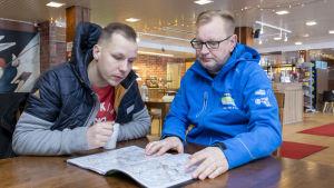 Reitistä vastaava apulaiskilpailupäällikkö Kari Nuutinen ja Kalle Rovanperän kartanlukija Jonne Halttunen tutkivat kartalta Jyväskylän MM-ralin ensi kesän rallireittiä.