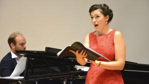 Ville Matvejeff spelar piano och Olga Heikkilä sjunger.