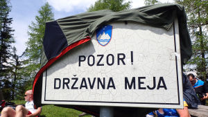 Skylt i Slovenien med texten Pozor! Državna meja, som betyder Se upp! Statsgräns