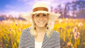 Mikaela Kosk står på en sommarhäng med en solhatt på huvudet.