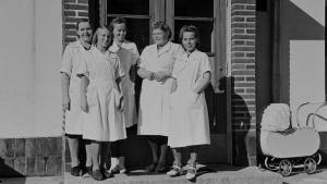Elannon lastentarhan lastenhoitajia talon ovella 1946