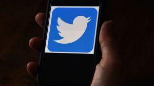 Twitters logo på en telefonskärm.