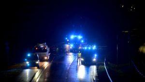 Två poliser skadades då de körde av vägen i Esbo under en biljakt.
