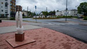 En citykanin står och övervakar rondellen i Nickby.