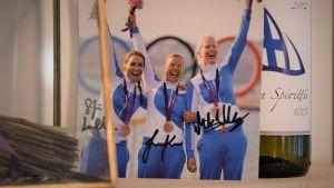 Seglarna Silja Lehtinen, Silja Kanerva och Mikaela Wulff vann OS-brons i match racing 2012 i London.