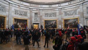 Anhängare till president Donald Trump har trängt sig in i kongressbyggnaden i Washington den 6 januari 2021.