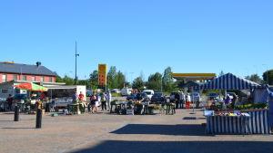 Ett tiotal torgförsäljare på Hangö torg 19.7.2016.