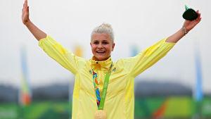 Jenny Rissveds står högst upp på prispallen i Rio de Janeiro.