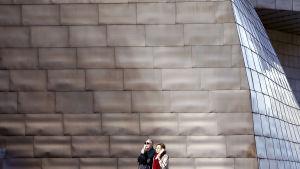 Två turister utanför Guggenheim Bilbao.