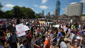 Motdemonstrationen lockade tiotusentals medan maniestationen bara hade några tiotals deltagare.