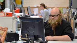 Biblioteksfunktionärer på Vårberga bibliotek.