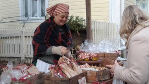 Yanda Silander säljer godis på julmarknaden i Pargas