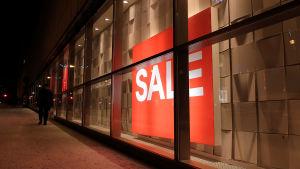 Sale-skylt i skyltfönster.