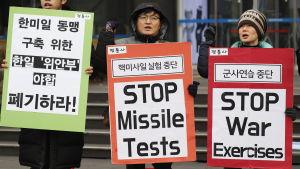 Sydkoreanska fredsaktivister demonstrerar utanför USA:s ambassad i Seoul bland annat med krav på att USA och Nordkorea inleder direkta samtal inför OS