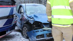 En blå bil med kvaddat framparti.