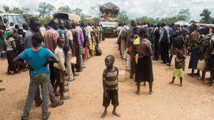 Fattiga afrikaner i kö för att få mathjälp