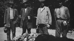Fyra fångar vid bår med död kropp på Sveaborg 1918