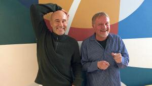 Mark Levengood och Mårten Holm spexar framför kameran