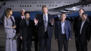 Donald Trump adresserar media efter att ha välkomnat de tre amerikanska fångarna som frigavs från Nordkorea tillbaka till USA.