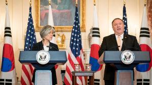 Sydkoreas utrikesminister Kang Kyung-wha och USA:s dito, Mike Pompeo.