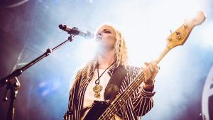Elli Haloo soittaa bassoa Tavastialla.