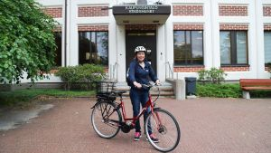 Förvaltningsdirektör Hanna-Maria Grandell utanför stadshuset i Lojo.